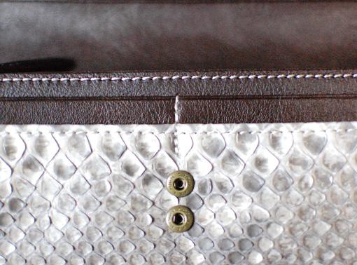 財布の中身が多い人も安心のダブルホック